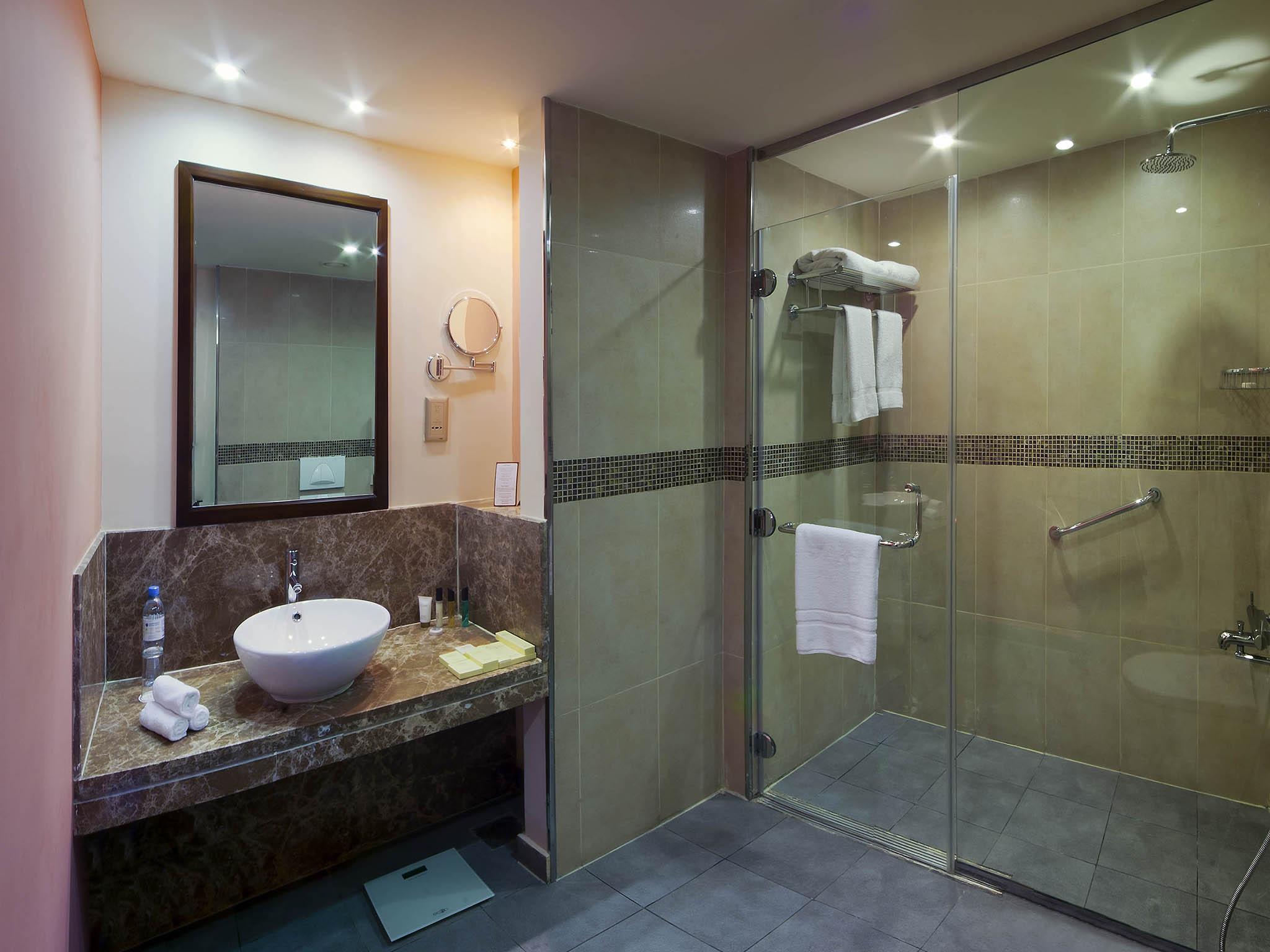 بالصور حمامات فنادق , شاهد بالصور افخم حمامات الفنادق 400 2