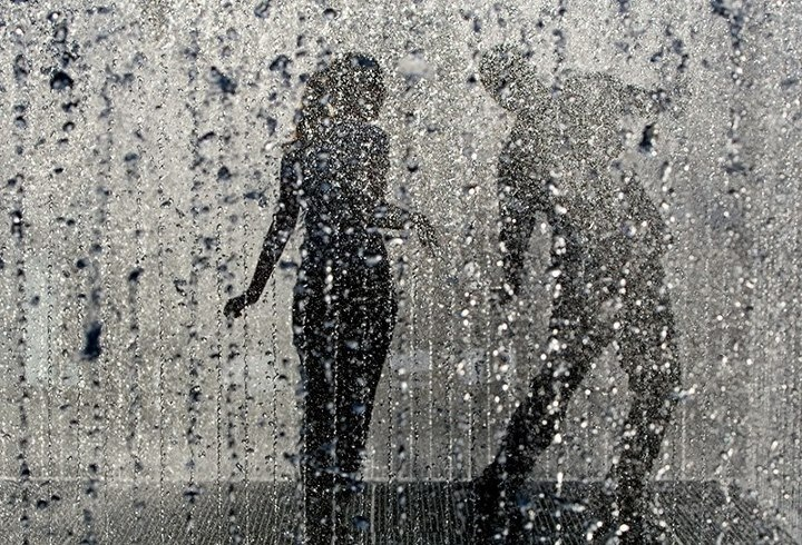 بالصور حب صور , صور حب تحت المطر 1690 7