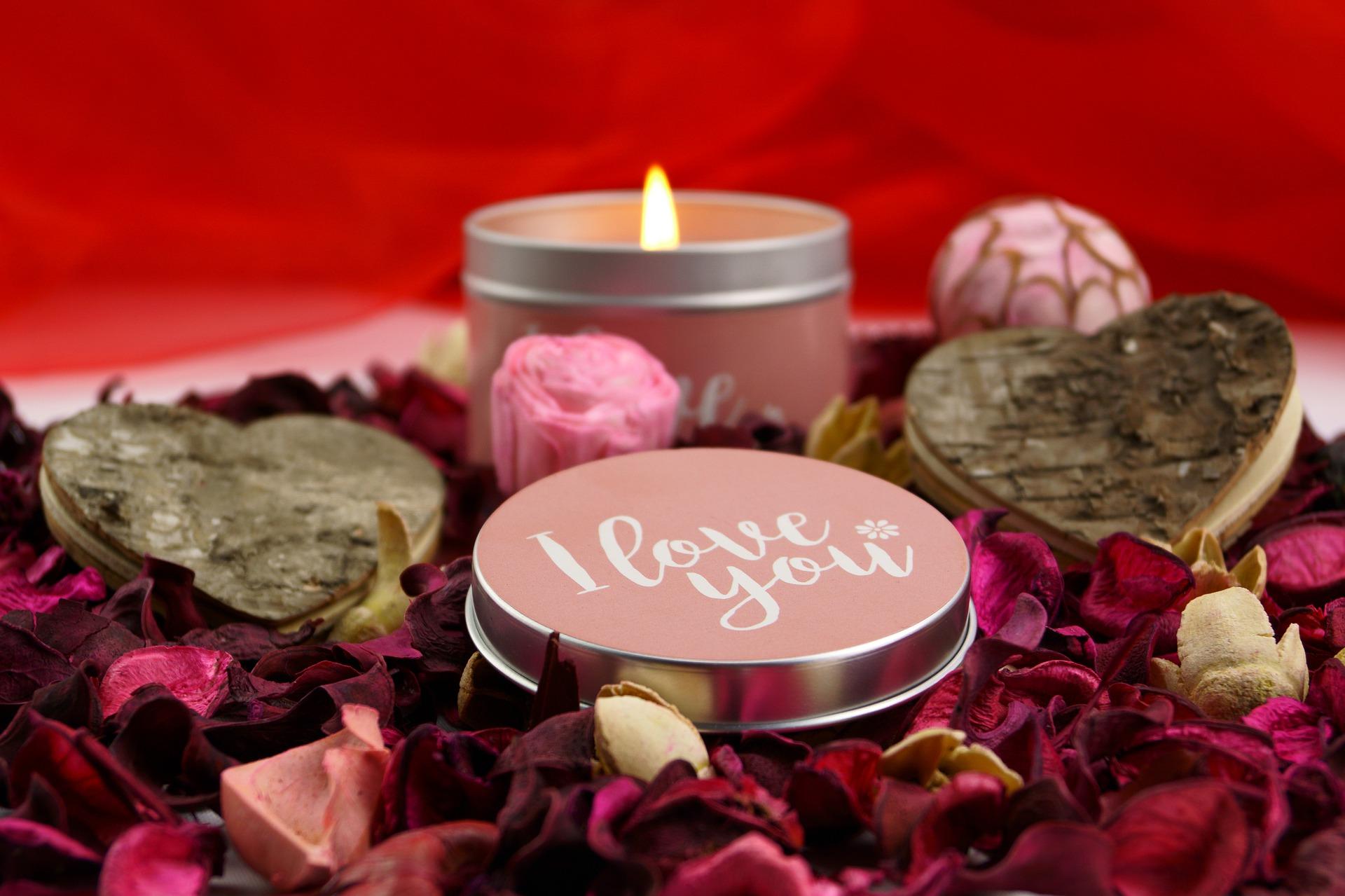 بالصور صور لعيد الحب , قبلات حمراء ومواعيد غرامية ابرز مشاهد الفلانتين 1819 12