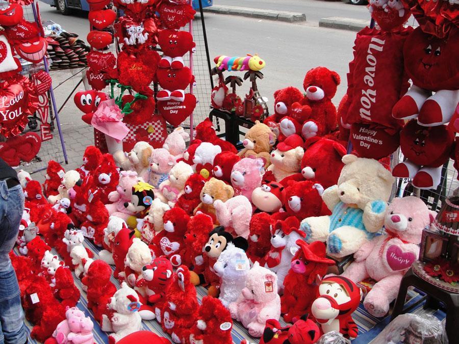بالصور صور لعيد الحب , قبلات حمراء ومواعيد غرامية ابرز مشاهد الفلانتين 1819 16