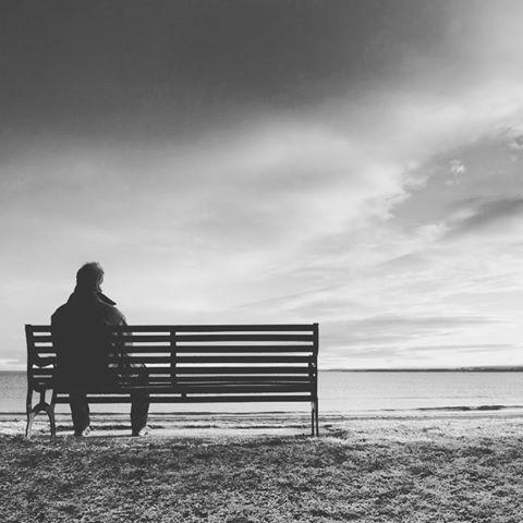 رجل يجلس على منضده و يستعيد ذكرياته